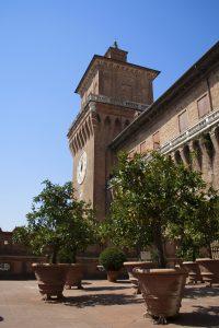 Agrumi in vaso, loggia degli agrumi del castello estense di Ferrara