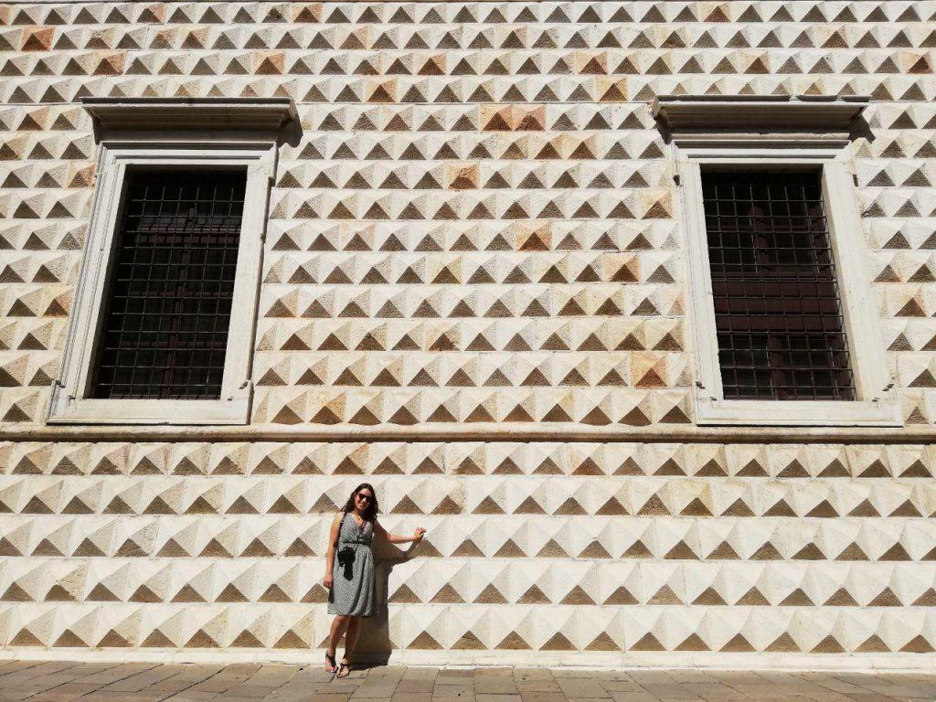 ragazza davanti al palazzo Diamanti