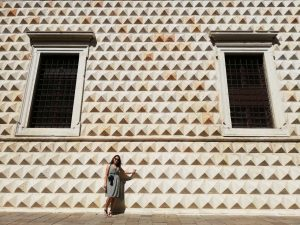 ragazza davanti al palazzo Diamanti di Ferrara