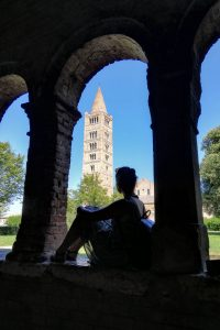 ragazza seduta sotto il chiostro dell'abbazia di Pomposa