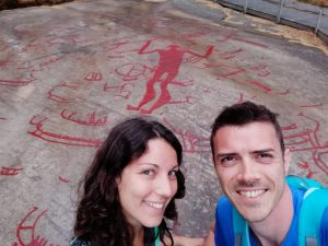 ragazzi davanti a iscrizioni rupestri rosse