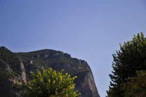 profilo di Mussolini sul pendio della montagna sopra la Gola del Furlo
