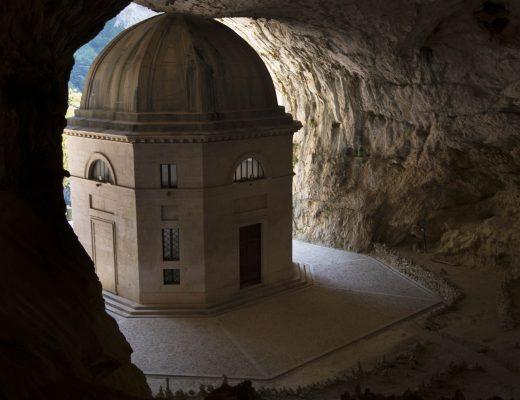 Tempio del Valadier visto da dentro la grotta