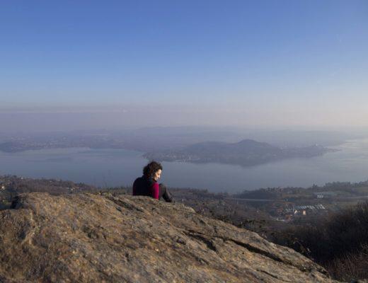 donna al Sasso del Pizzo con Lago Maggiore sullo sfondo