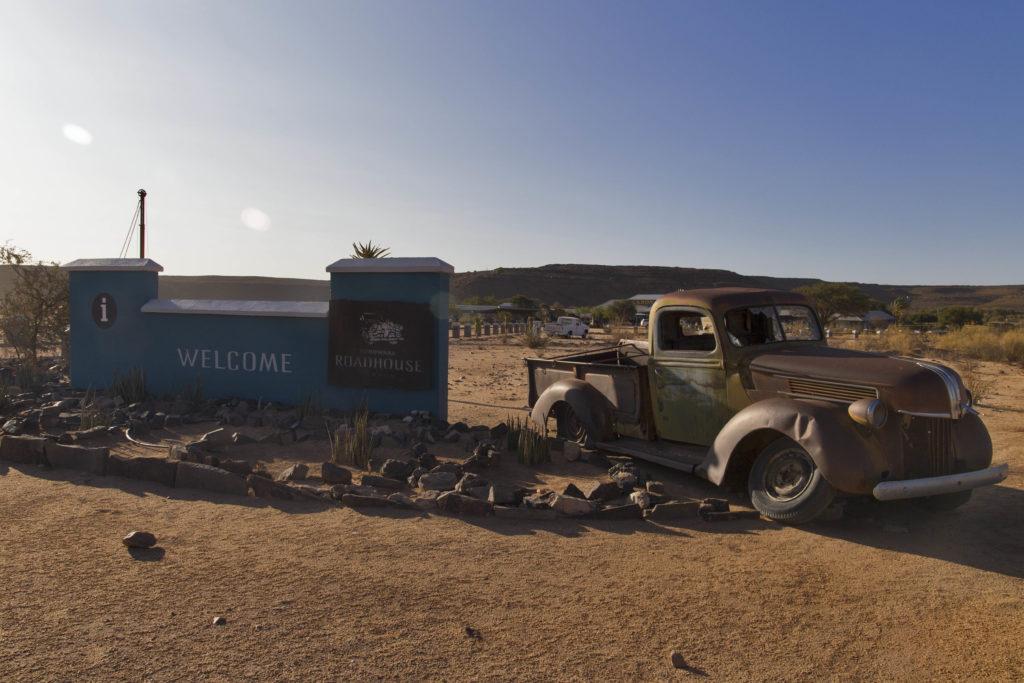 veicolo antico all'ingresso del camping