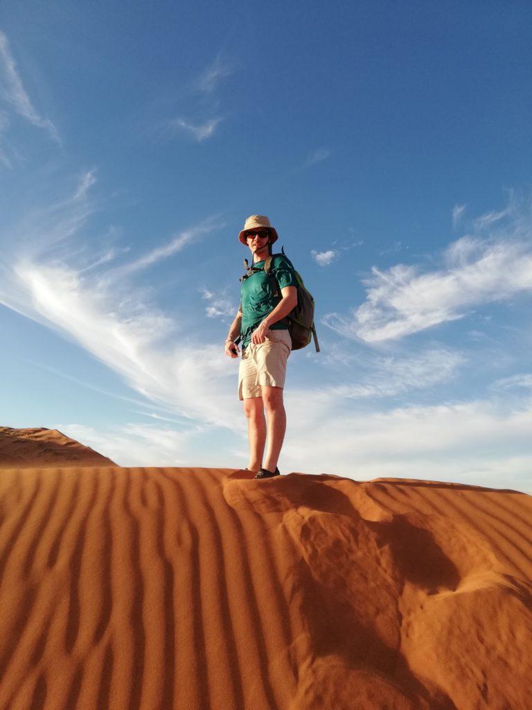 ragazzo su duna rossa