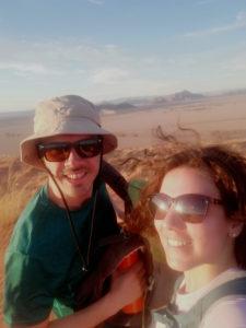ragazzi al tramonto nel deserto