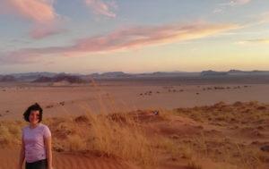 ragazza nel deserto al tramonto