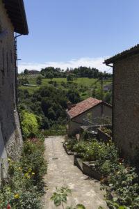 scorcio di colline tra due case