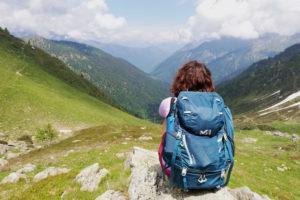 ragazza guarda la Valle Anzasca