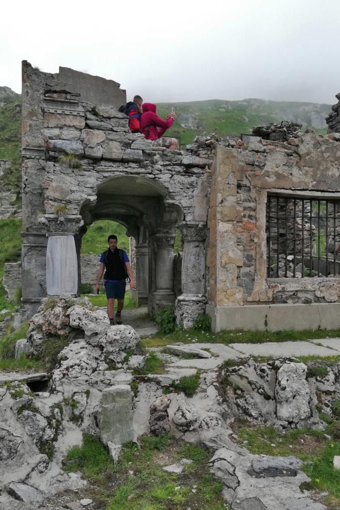 ragazzo tra le rovine di Villa Aprilia