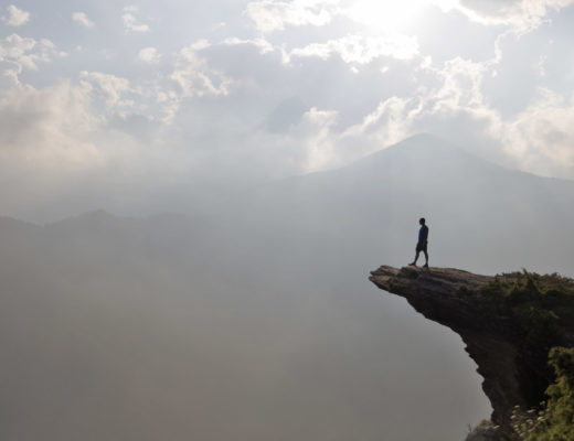 ragazzo su roccia a strapiombo