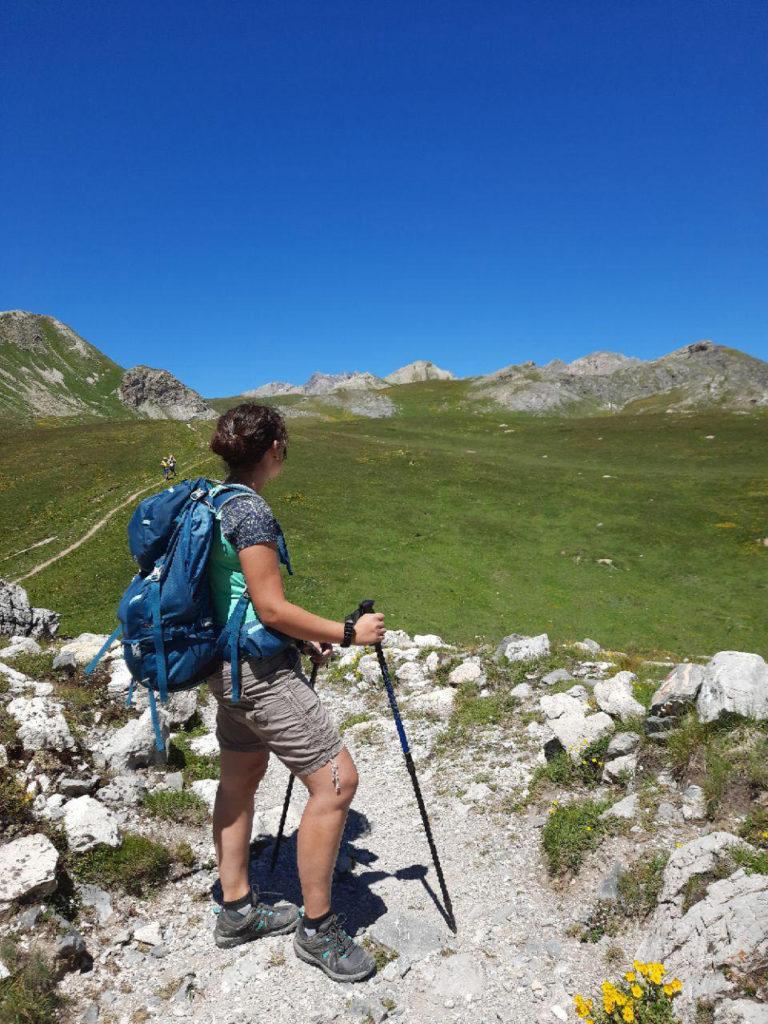 ragazza su sentiero alpino
