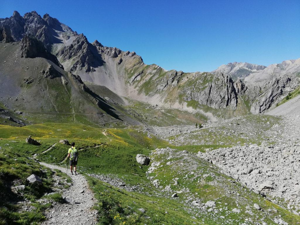 ragazzo su sentiero alpino