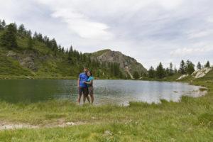coppia in riva a lago alpino