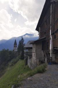 borgata alpina Serre d'Elva baita in legno e chiesa in pietra
