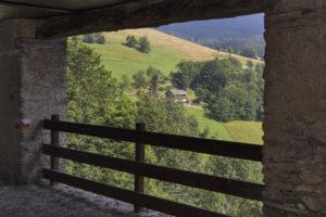portico di baita con vista sui pascoli