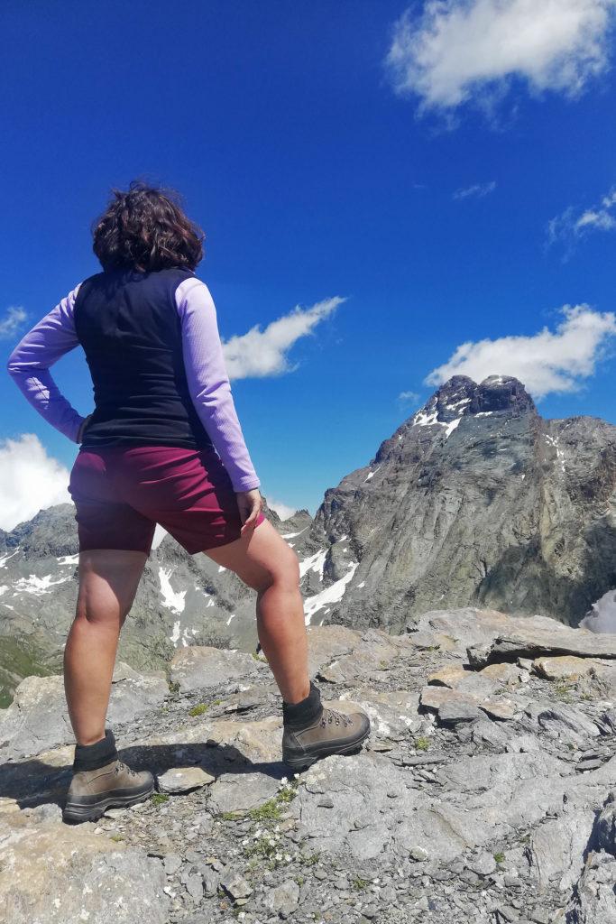 ragazza in cima a una punta alpina