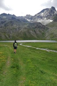 Ragazzo in riva a lago alpino