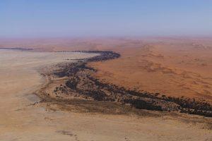 fiume nel deserto dall'alto