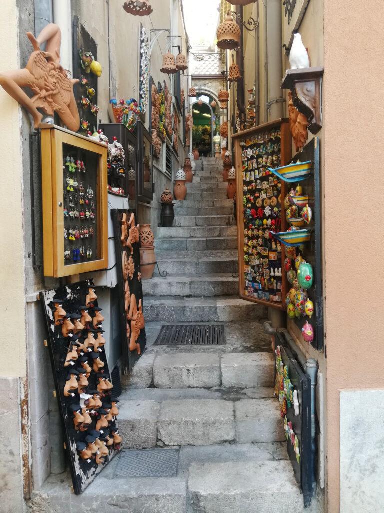 ceramiche in un vicolo a Taormina