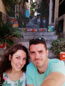 foto di coppia in un vicolo a Taormina