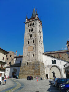 campanile in marmo bianco