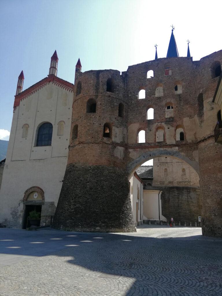 cattedrale medievale con porta romana