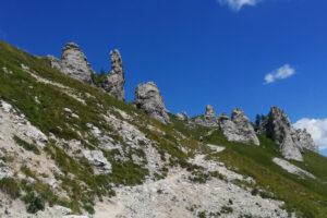sentiero roccioso con pinnacoli di roccia bianca