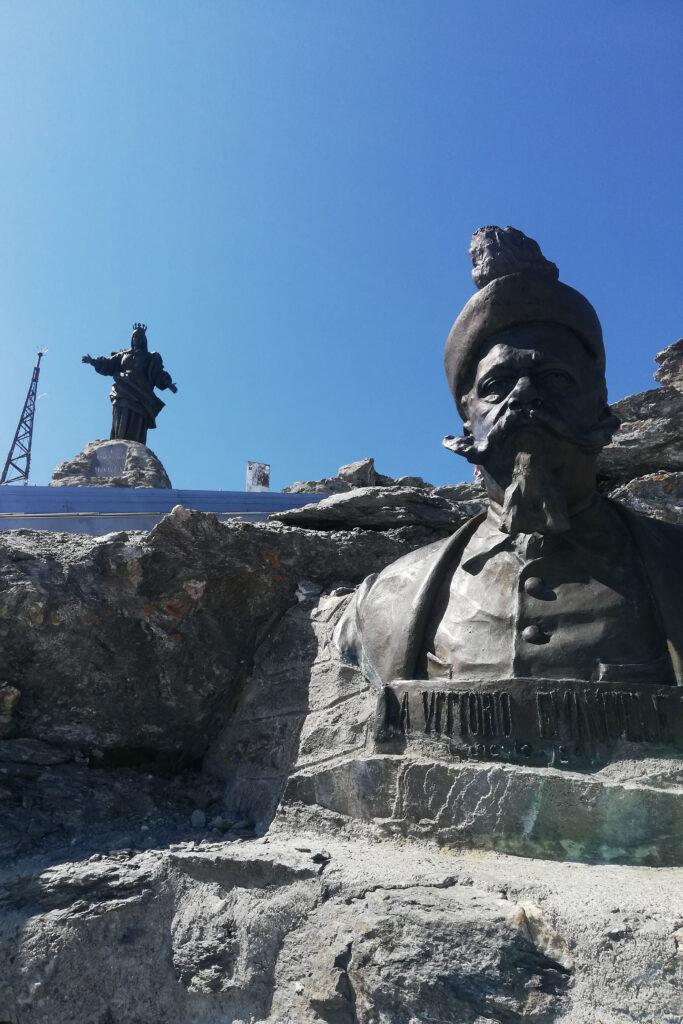 Statue cima Rocciamelone, Madonnina e busto di re Vittorio